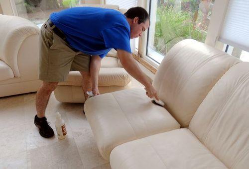 Как почистить диванные подушки в домашних